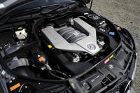 標準で457psを発生する6.2リッターV8エンジン。「パフォーマンスパッケージ」を選択すると「SLS AMG」と同じ鍛造ピストンやコンロッド、軽量クランクシャフトがあてがわれ、最大トルクはそのまま、最高出力は30ps増しの487psにアップする。