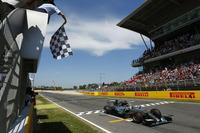 今シーズン初のポールポジションを獲得したロズベルグ。レースでは後続のセバスチャン・ベッテル、出遅れたルイス・ハミルトンが2位を争う間、余裕をもってトップを走行でき、5戦目にして待望の初勝利を勝ち取った。(Photo=Mercedes)