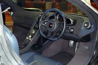 ドライバーの正面にはデジタル速度計付きのアナログ式タコメーターが配置される。幅の狭いセンターコンソールには縦長の液晶モニターが埋め込まれており、ナビゲーションやオーディオなどの機能が備わっている。