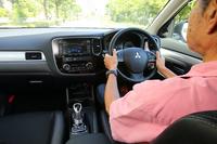 「三菱アウトランダーPHEV」には、エンジンを駆動してバッテリーを蓄電量の約80%まで充電する「バッテリーチャージモード」と、スイッチを押した時点のバッテリー残量を維持する「バッテリーセーブモード」が備わっている。「高速道路では走りながら電気を蓄えて、下道はできるだけ電気で走る」という使い方も可能だ。