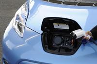 車体正面にある、給油口ならぬ充電口。向かって右が家庭用の「普通充電ポート」で、左が「急速充電ポート」だ。前者を使えば空から満タンまでに8時間、後者なら空から80%充電までに30分を要する。