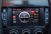 インパネ中央のマルチインフォメーションモニターには、車体にかかる前後左右Gや計測タイマー、アクセル開度などを表示することができる。