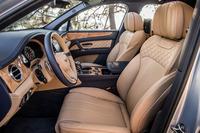 他のベントレー車と同様に、内装にはレザーとウッドがふんだんに用いられる。シートはショルダー部とクッションの両脇にダイヤモンドキルトを施した新デザインのもの。