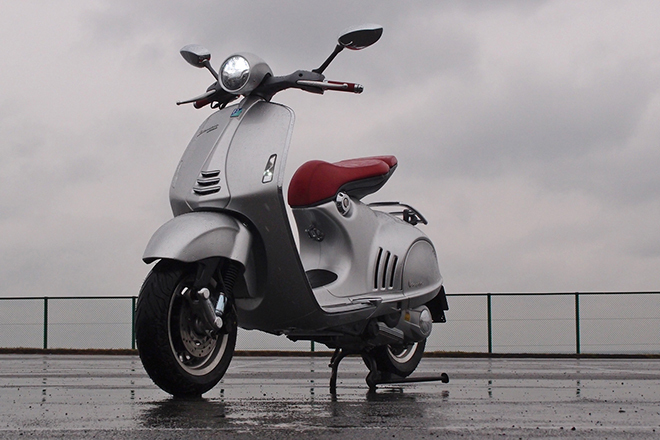 「ベスパ946ベリッシマ」は、ベスパのプロトタイプ1号車「MP6」を近未来的に再現したというプロポーションが特徴のプレミアムスクーター。2012年11月にイタリア・ミラノで開催されたEICMA(ミラノショー)2012で発表された。価格も124万2000円と、プレミアム。
