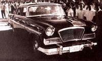 1958年8月、「紅旗」生産型第1号の「CA72-IE」型。エンジンは200馬力のV8。ラジエーターグリルは、扇を模したものである。なお、これ以前に、生産前に毛沢東主席の視察を受けた「CA71」と呼ばれる試作車も存在した。