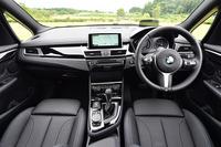 運転席まわりの様子。多くのBMW車と同様に、インストゥルメントパネルやセンターコンソールがドライバーの方を向いたデザインが採用されている。