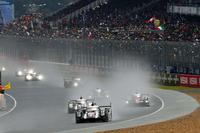レースは、2台のポルシェに2台のトヨタが続く形でスタート。ウエットのコース上に、盛大に水煙が上がる。