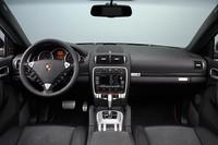「ポルシェ・カイエンGTS」に腕時計付きの限定車の画像