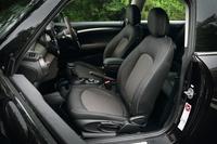 シート表皮はファブリック。オプションでシートヒーターなどが用意されている。