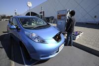 東名高速道路海老名サービスエリアにて。建物正面の「電気自動車用急速充電器」を使ってバッテリーチャージを試みる。