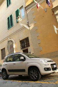 ここのところ、イタリアでよく見かけるベージュ・カプチーノの「フィアット・パンダ」。
