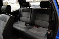 小さなボディながら、乗車定員は5人。後席は頭上、膝前ともスペースはほとんどないが、短時間なら我慢できるだろう。中央に大人が座るのは難しい。