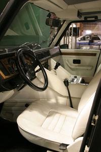 「ランボルギーニLM002」の内装は、軍用ベースと思えないほどの豪華さだ。