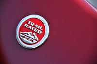 「トレイルホーク」のフロントフェンダー部に添えられる、「トレイル レイテッド」バッジ。世界最高難度のオフロードコース「ルビコン トレイル」を走破したジープ車に限り、与えられる。