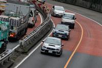 首都高速道路を行く試乗車。メディアによる試乗は単独走行だったが、一般ユーザーについては写真の通り、先導車についていく形での試乗となる。