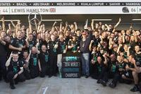 今年9回目の1-2フィニッシュ、13回目の勝利で、メルセデスは初めてコンストラクターズチャンピオンに輝いた。スリー・ポインテッド・スターのF1での活動は1954、1955年の2シーズンから長きにわたり休止していたが、2009年チャンピオンのブラウンGPを買収したことにより2010年から復活。それから5シーズン目で初戴冠の日を迎えた。(Photo=Mercedes)