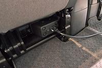 """""""走る蓄電池""""をうたう「e-NV200」。グレードにより、助手席下(写真)とセンターコンソールに電力を取り出すためのコンセントが備わる。"""