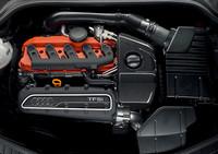 横置きされる、新開発の2.5リッター直5エンジン。TTの他のモデルは直4とV6を搭載するため、スペース的に厳しい5気筒は、できるかぎりコンパクト化された。