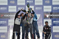 レース後のシャンパンファイトでライバルから祝福される、トム・コロネル。まるで滝行のよう!?