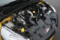 ルノーのM5M型1.6リッターの直噴4気筒ターボエンジンは、「ジューク」などに搭載される日産のMR16DDT(DIGターボ)型ユニットと基本的に同じもの。「ルーテシアR.S.」では200psと24.5kgmを発生する。