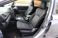 シート表皮はトリコットが標準。オプションで、電動調整機構とヒーター(前席のみ)を備えた、ブラックの本革シートも用意されている。