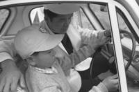 こどもの国の発行する「運転免許証」は小学5年生から取得が可能。免許証を取得すると、コース内を1人で運転することが許された。