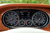 速度計(右)には340km/hまで記される。動力性能は0-100km/hが4.6秒で、最高速が322km/h。