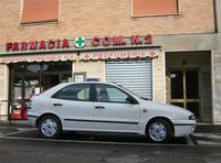 筆者がイタリアで2番目に所有した「フィアット・ブラーバ」。後方に見える「FARMACIA COMUNALE. N.2」は「市営2号薬局」の意味。