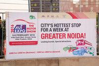 会場が位置するグレータノイダの街を飾る「デリーオートエキスポ2016」の看板。
