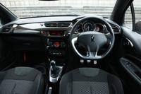 水平ラインを基調に機能美を追求したという、運転席まわり。トランスミッションは、NAの「DS シック」が4段ATで、ターボの「DS スポーツシック」が6段MTとなる。ハンドル位置はいずれも右のみ。