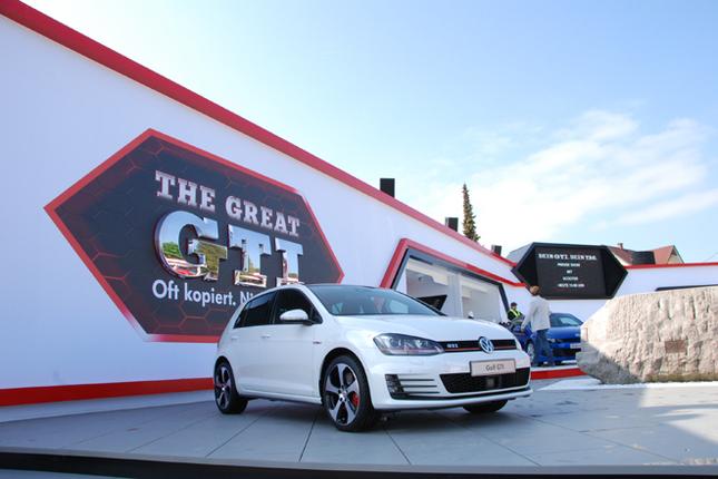 イベント会場のゲートのすぐ近くに設営されているフォルクスワーゲンのブース。もちろん、発表されたばかりの「ゴルフGTI」が目玉だ。