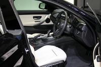 「435i グラン クーペ」のインテリア。センターコンソールがドライバーに向けてわずかに傾けられている。ドアはサッシュレス。