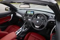 インテリアの基本的なデザインは「2シリーズ クーペ」と共通。「スポーツ」の場合、内装色は「ブラック」のみで、シートには「ブラック」や「コラール・レッド」など4色が用意される。