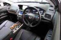 専用のインターフェイスが搭載されたインストゥルメントパネルまわり。ドライバーに自動運転システムの作動状態を知らせる各種表示機能に加え、中央上段のカーナビ画面の付近には、ドライバーの状態を監視するカメラが追加されている。