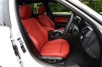 「Mスポーツ」に標準装備される、電動調整式サイドサポート付きのスポーツシート。テスト車は、シート表皮にオプションのダコタレザーを選択していた。