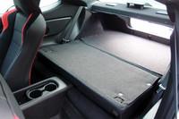 乗車定員は4名。後席を写真のように倒せば、荷室容量を拡大することができる。ゴルフバッグは2個、17インチタイヤなら4本が収納可能。