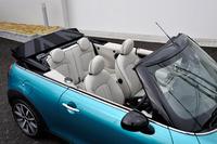 新型「MINIコンバーチブル」のシート。ロールオーバープロテクション機構の改良により、後席の後ろに備わっていた弧状のクロムバーは廃止された。