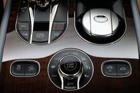 """シャシーのセットアップはセンターコンソールに配置された「ベントレー・ドライブ・ダイナミクス・モード」のロータリースイッチで行う。オンロードセッティングが4種類(左半分)用意されるほか、""""オフロードスペック""""を選択すればさらにオフロードセッティングが4種類(右半分)加わる。"""