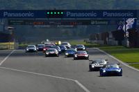 GT500クラスのスタートシーン。ポールポジションのNo.12 カルソニックIMPUL GT-Rが序盤からレースをけん引した。