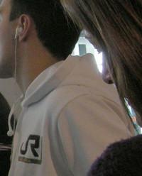 ピサ空港で見つけた「JR」ロゴのパーカーを着た人。