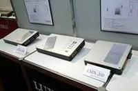 ラックスマンの新型パワーアンプ、「CMX-200」(2チャンネル機、右手前)と「CMX-400」(4チャンネル機、奥2台)。独自のフルエンシーデジタル方式を採用し、CDフォーマットの限界により失われた高域を瑞々しく再現可能という。