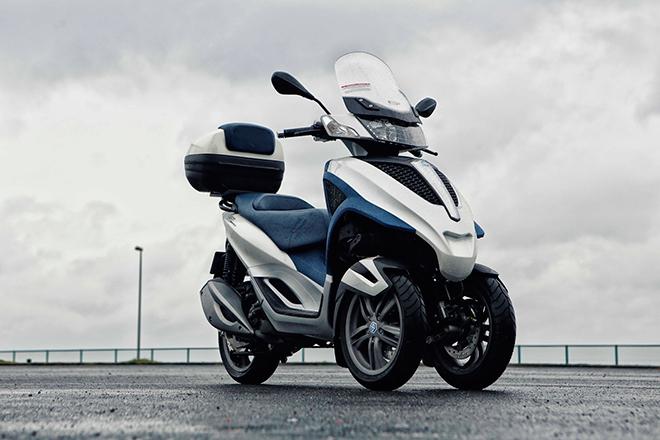 「ピアッジオMP3ユアーバン300」は、前2輪、後ろ1輪の3輪スクーター。22.4hpと2.3kgmを発生する278cc 4ストローク水冷単気筒エンジンを搭載する。