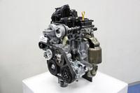 新型「スズキ・ワゴンR」のエンジン。さまざまな新技術との組み合わせで、最高28.8km/リッター(JC08モード)の燃費を実現する。