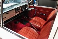 初代「カローラ」のインテリア。シートやカーペットが「アポロ・レッド」と名付けられた赤で彩られている。