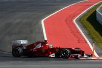 """予選でタイヤをあたため切れず、不本意な9位に終わったフェラーリのアロンソ。ロメ・グロジャンのペナルティーで8番グリッドに繰り上がったが、偶数グリッドは走行ラインの外でスタートに不利だった。そこでチームは6番グリッドのフェリッペ・マッサにわざとギアボックス交換のグリッド降格ペナルティーを受けさせ、アロンソを7番グリッドに""""移動""""。レースではこの策が奏功しスタートで4位に、ウェバーのリタイアで3位に上がりそのままゴール。何とか次の最終戦までタイトル獲得の望みをつなげた。(Photo=Ferrari)"""
