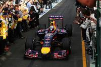 チャンピオンチーム移籍後の初レースで2位表彰台、しかも母国の観衆の前で──ダニエル・リカルドの夢のオーストラリアGPは、レース後のレギュレーション違反による失格で一気に悪夢に変わってしまった。「燃料流入量100kg/h規制」に反して多くの燃料が流れていたとレーススチュワードが判断。しかしチームは異を唱(とな)えており、アピールする姿勢を示している。(Photo=Red Bull Racing)