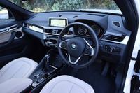 「X1 xDrive25i xライン」のインストゥルメントパネルまわり。内装色は標準モデル、xライン、「Mスポーツ」ともに、ブラックのみの設定となっている。