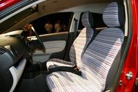 「M」グレードにマルチストライプ柄のシートカバーを装着したところ。