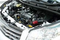 可変バルブリフト機構「バルブマチック」を備える2リッターユニット。エンジンルーム奥のほうに、ひっそりと(?)置かれる。