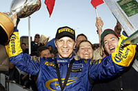 カーナンバー1の2004年型「スバル・インプレッサWRC」が、デビュー2戦目で早くも優勝を飾った。ペター・ソルベルグにとっては6度目のWRCウィン。